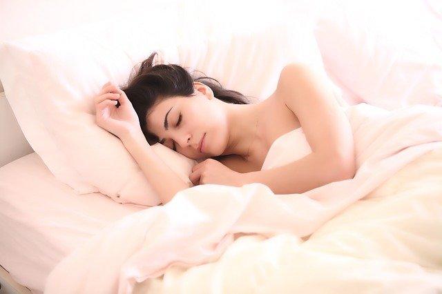 W ten sposób trenujesz swoje ciało, aby potrzebowało mniej snu
